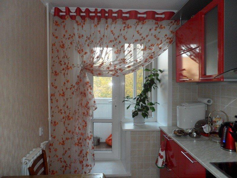 Шторы на карнизе на кухне с балконом