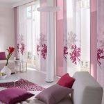 Розовые шторы в зале
