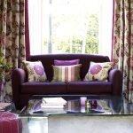 Фиолетовый диван с яркими подушками