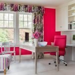 Красные кресла в кабинете