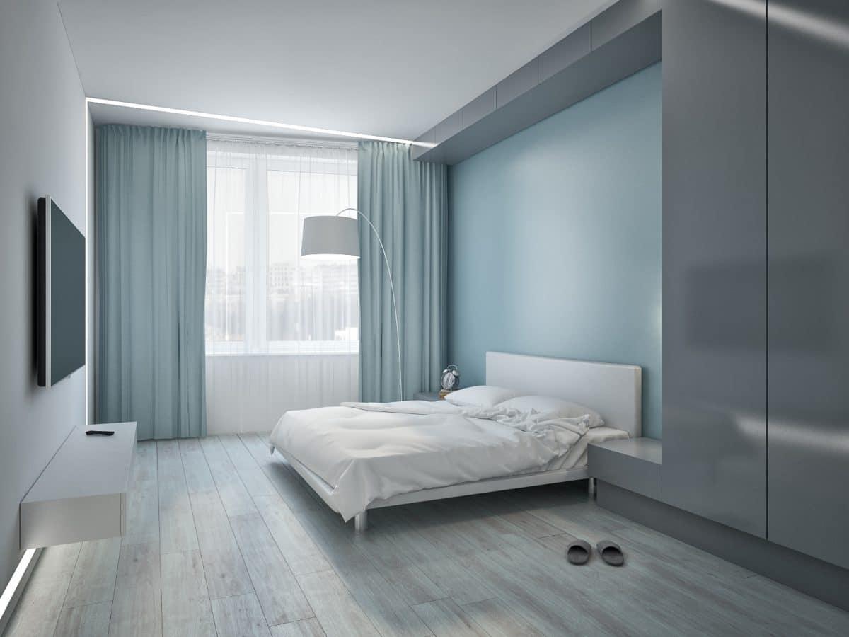 Серые шторы на окне в спальне