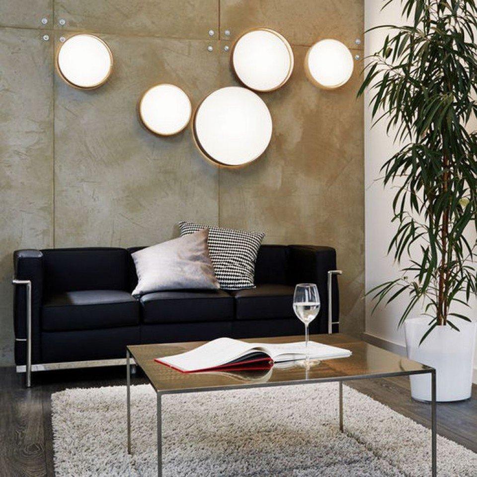 Настенные светильники над черным диваном