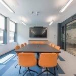 Оранжевые стулья в офисе