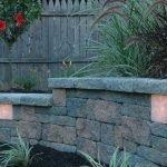Светильник в декоративном заборе из натурального камня