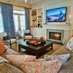 Синие шторы в уютной гостиной