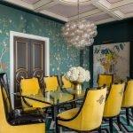 Желтые стулья в столовой