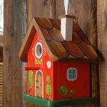 Красный скворечник с коричневой крышей