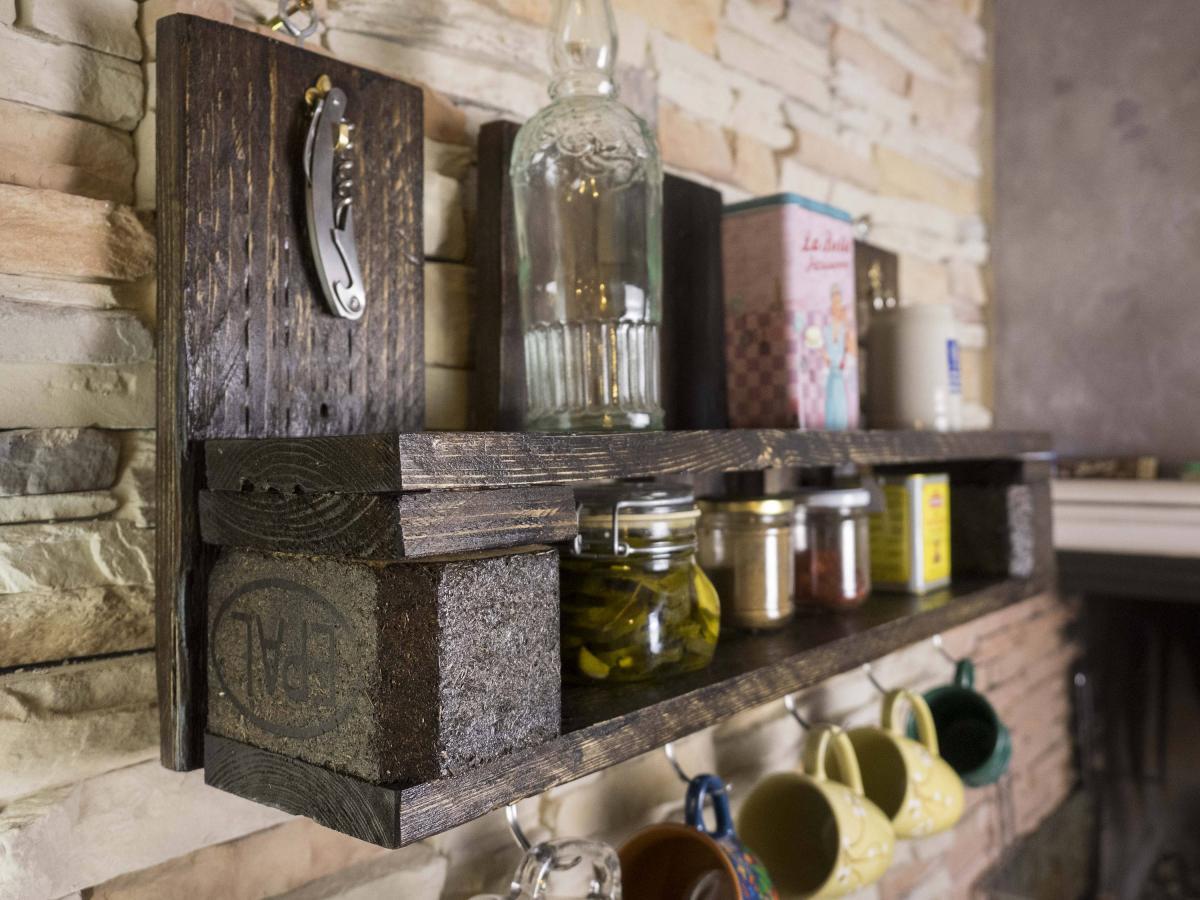 Полка на кухне из ящика