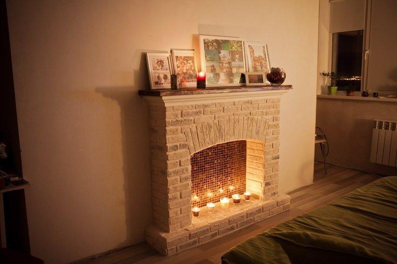 Свечи и фото на камине