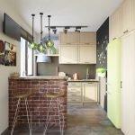 Желтый холодильник на кухне