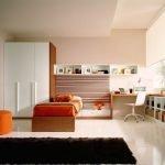 Большая комната для подростка в светлых тонах
