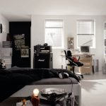 Кровать в центре комнаты