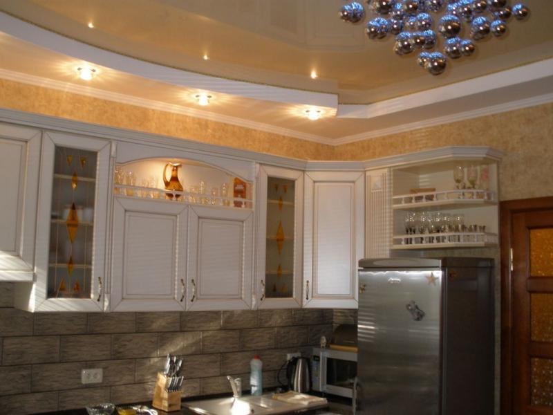Кухня с комбинированным потолком