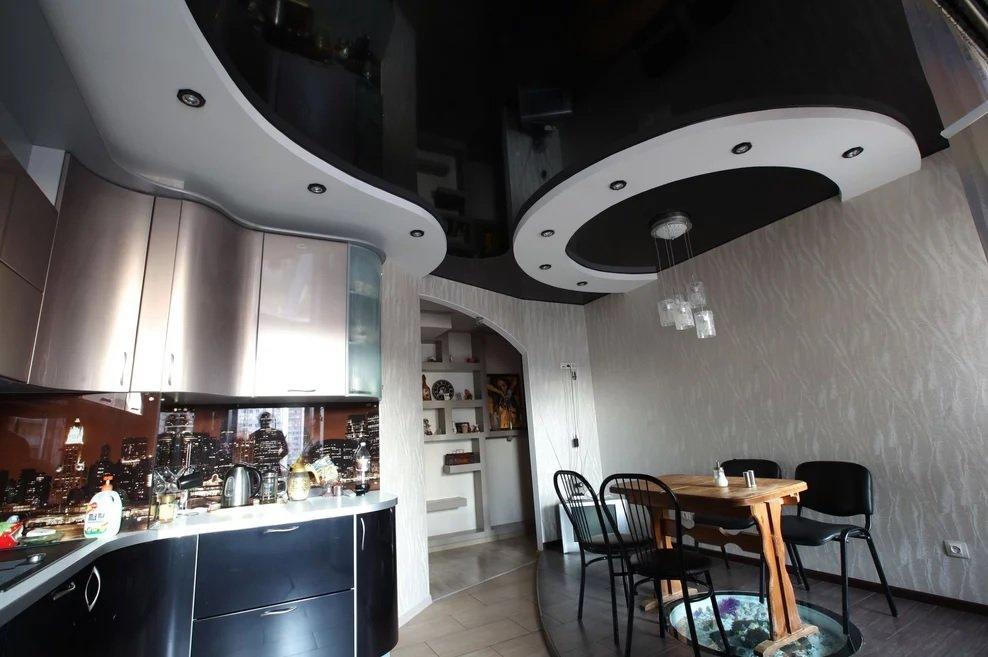 Потолок с разными уровнями на кухне