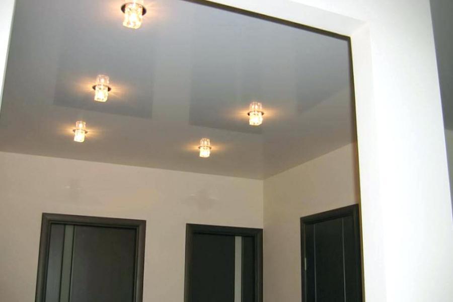 Небольшие лампочки в потолке