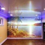 Натяжной цветной потолок