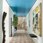 Ярко-голубой потолок в коридоре