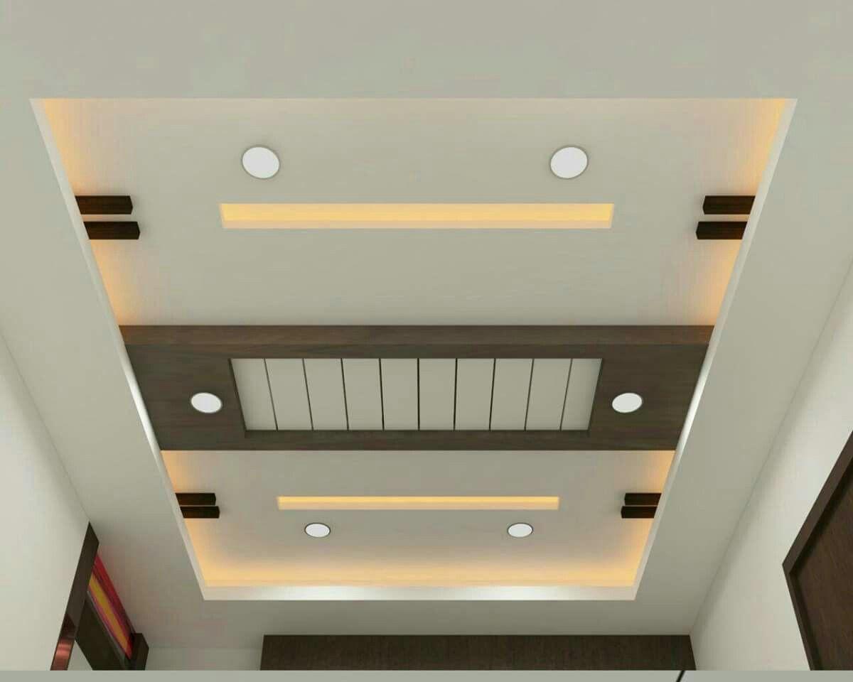 Декор на потолке в квадратной прихожей