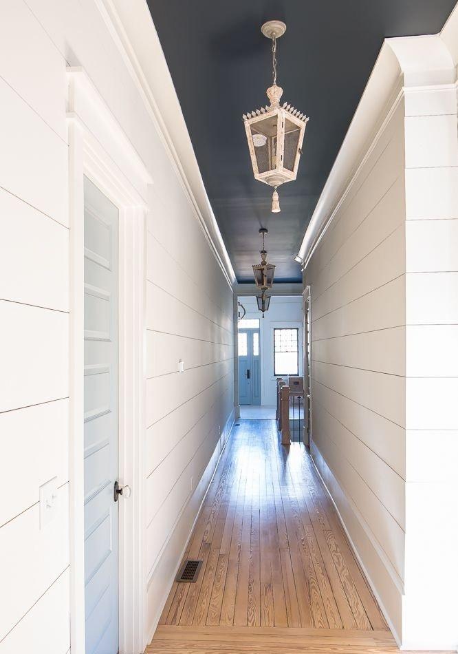 Черный потолок в узком коридоре
