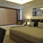 Квадратная спальня с низкими потолками