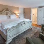 Квадратная спальня с большой кроватью