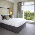 Кровать посредине комнаты