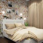 Горшки с цветами у кровати