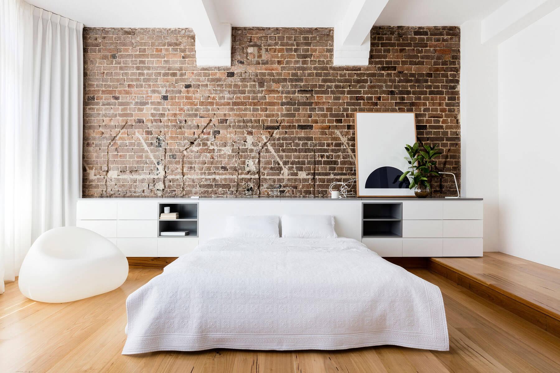 Белая мебель в спальне в стиле лофт