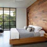 Молочные стены с деревянными панелями