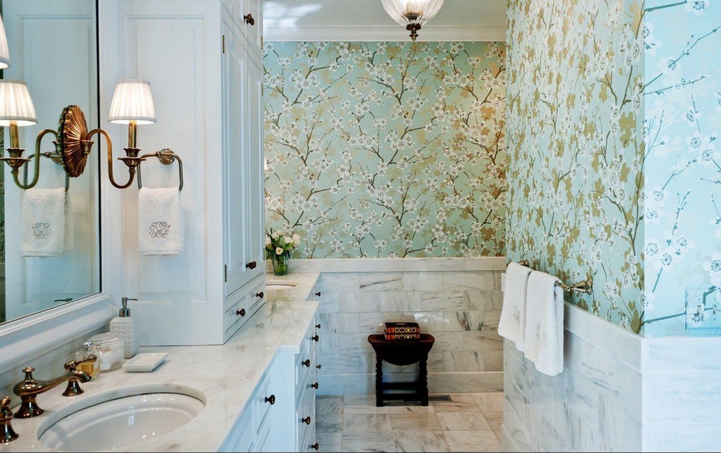 Обои в цветочек в ванной