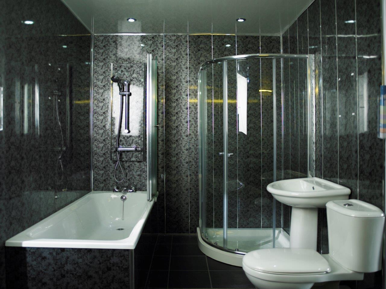 Черные панели на стене в ванной