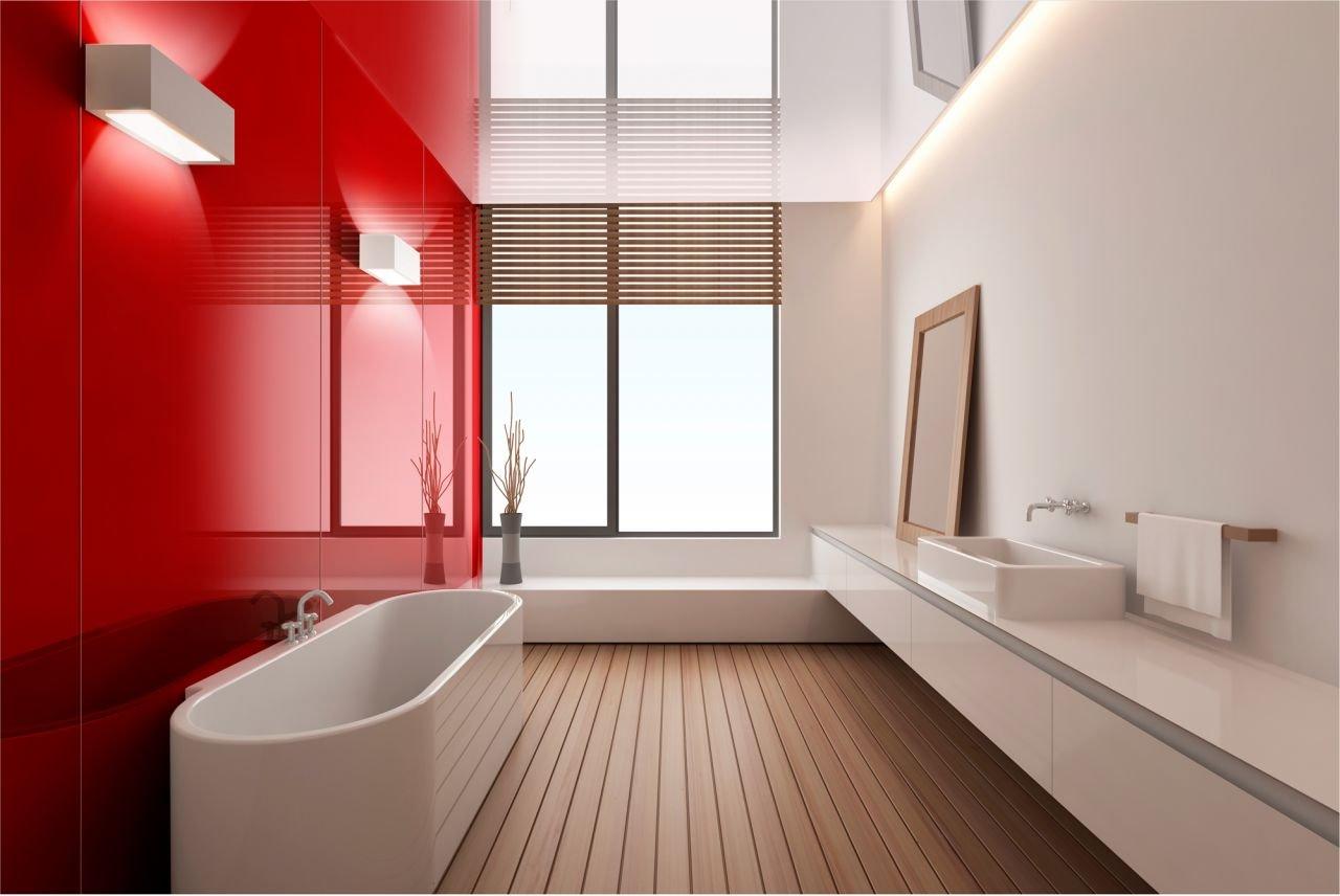 Красные стеклянные панели в ванной