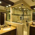 Ванная комната с прозрачной душевой кабинкой