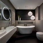 Черная ванная комната с зеркалом