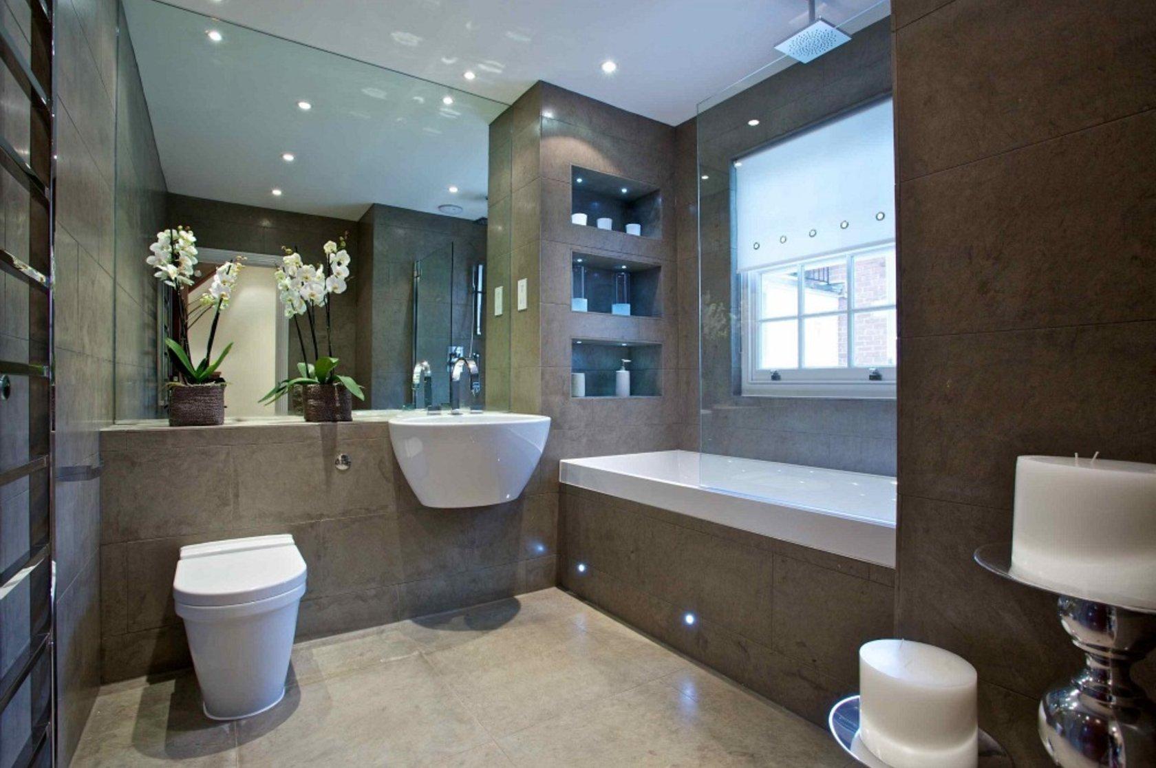 Дизайн большой ванной с окном