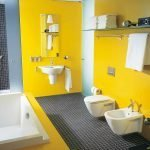 Желто-черная ванная комната