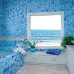 Голубая мозаика в отделке ванной