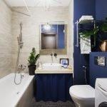 Синяя и серая плитка в отделке ванной