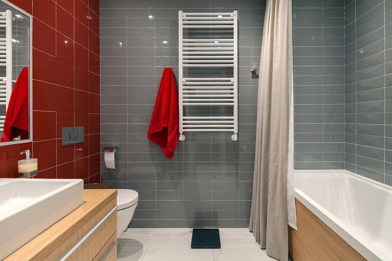 Красное полотенце для ванной
