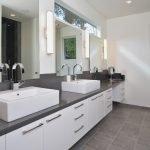 Ванная комната с двумя умывальниками