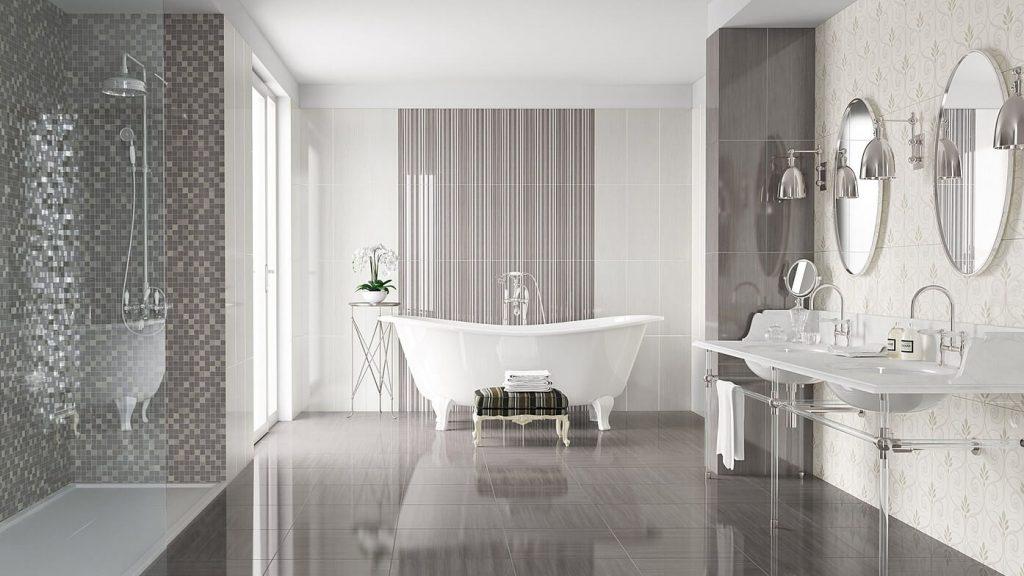 Глянцевая плитка на полу в ванной