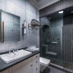 Квадратное зеркало в ванной