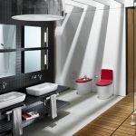 Красный стул в ванной