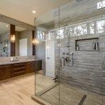 Стекло в оформлении ванной комнаты