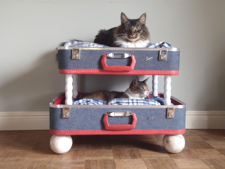 Домик для кошки из старого чемодана
