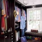 Параллельный гардероб с окном