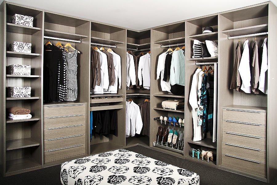 Пуф в центре гардероба
