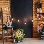 Корзина с цветами на лестнице