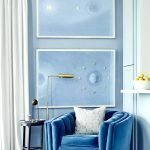 Стены окрашены в голубой