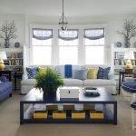 Кресла с голубыми подушками